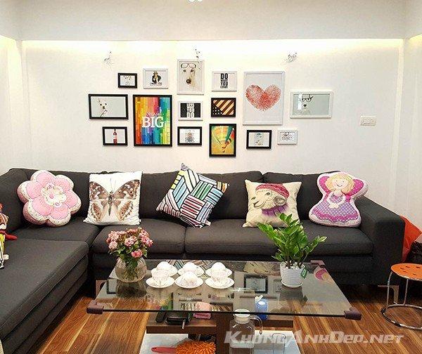 Kết hợp những hình ảnh trẻ trung mang lại cho không gian phòng khách vẻ tươi sáng