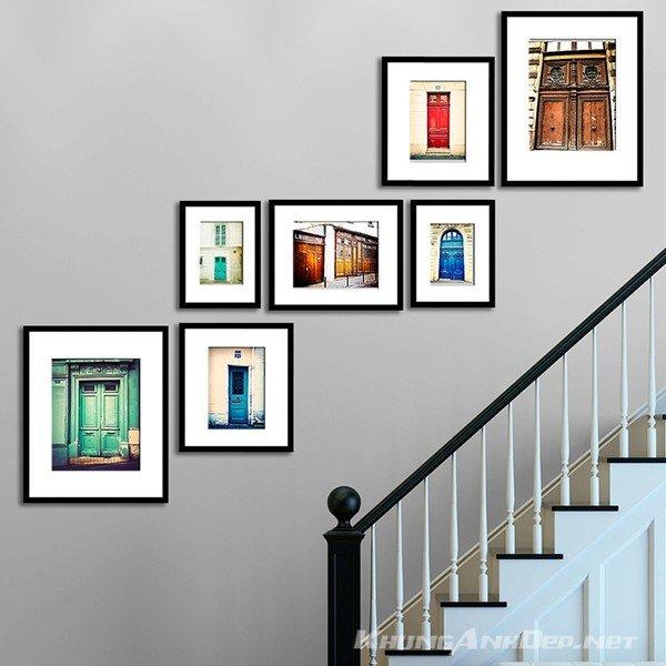 Những khung ảnh composite viền đen tạo cảm giác hài hòa với cầu thang
