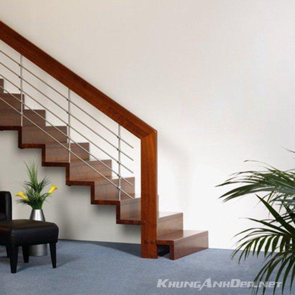Cầu thang khi chưa có bộ khung ảnh treo tường