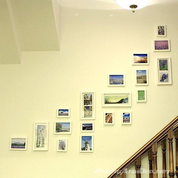 Bố trí bộ 18 khung ảnh treo tường cầu thang
